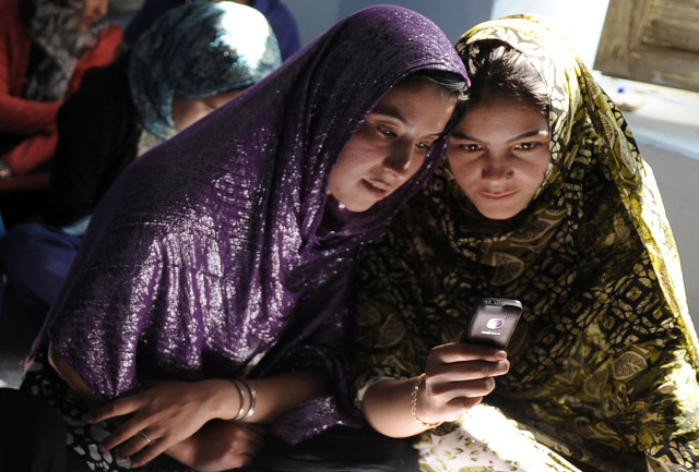Afghan women sit in a class and study using mobile phones in Kabul, Nov. 3, 2012. (AFP)