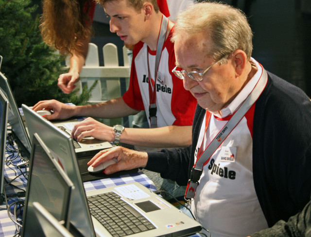 Eighty-five-year-old German Walter Lutzky (R) plays online at the Games Convention, the fair for interactive entertainment in Leipzig, eastern Germany, Aug. 22, 2007. (AP)