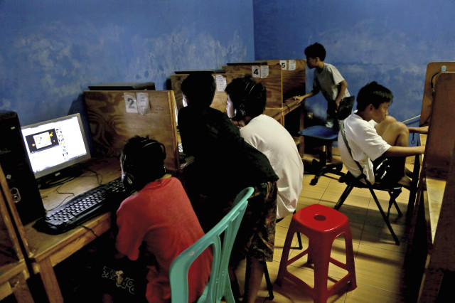 Indonesian youths browse their social media accounts at an Internet cafe in Jakarta, Indonesia, Dec. 23, 2013. (AP)