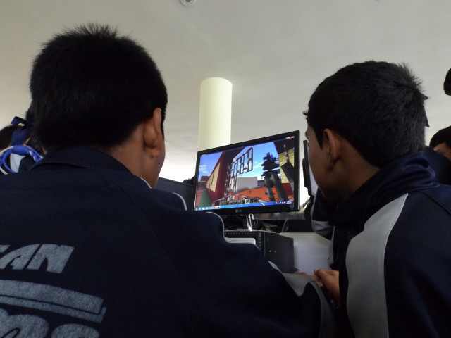 Teams collaborate on a Minecraft design at a UN-Habitat workshop in Lima, Peru. (Eugenio Gastelum, UN-Habitat)