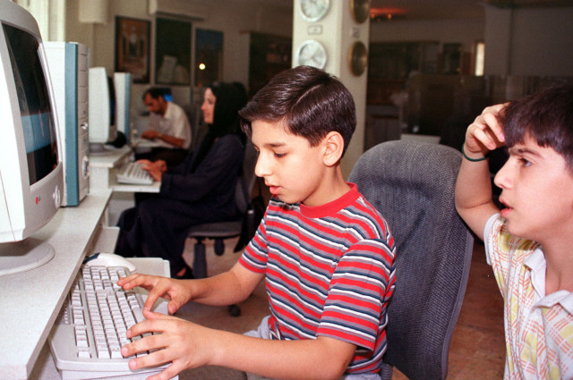 Young Iranians surf the net in a Tehran internet cafe, June 24, 2001. (Reuters)