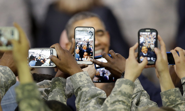 US soldiers use their smartphones to take pictures of US President Barack Obama after he delivered a speech at the US military base Yongsan Garrison in Seoul, South Korea, April 26, 2014. (Reuters)