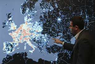 Vishant Patel, senior manager of investigations at the Microsoft Digital Crimes Unit, shows a heat map and talks about how malicious computer networks known as the Citadel Botnets attack computers in Western Europe at the Microsoft Cybercrime Center in Redmond, Washington, Nov. 11, 2013. (Reuters)