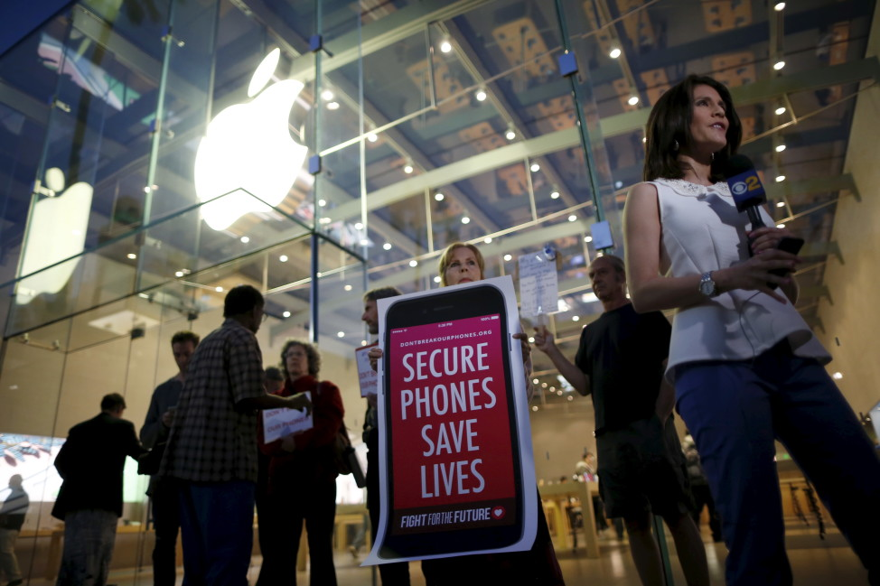 People gather at a small rally in support of Apple's refusal to help the FBI access the cellphone of a gunman involved in the killings of 14 people in San Bernardino, California, Feb. 23, 2016. (Reuters)