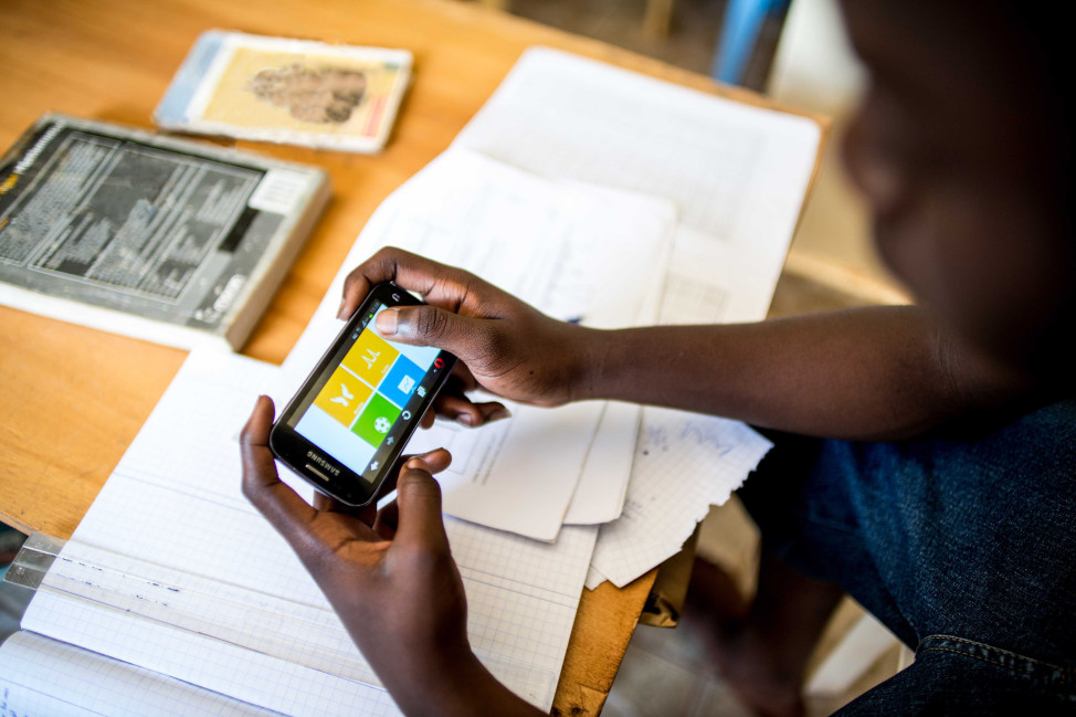 A reader uses the Worldreader app in Kenya. (Worldreader)