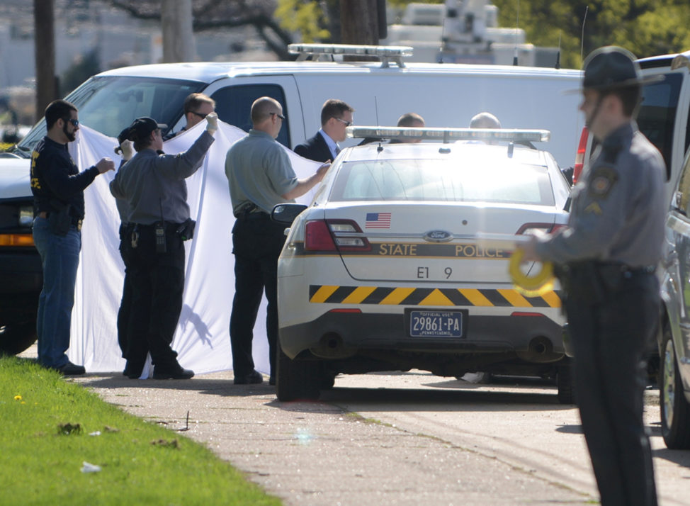 Police prepare to remove the body of Steven Stephens, who they say said posted a video of himself on Facebook killing an elderly man in Cleveland before he shot and killed himself following a brief pursuit, in Erie, Pennsylvania, April 18, 2017. (Reuters)