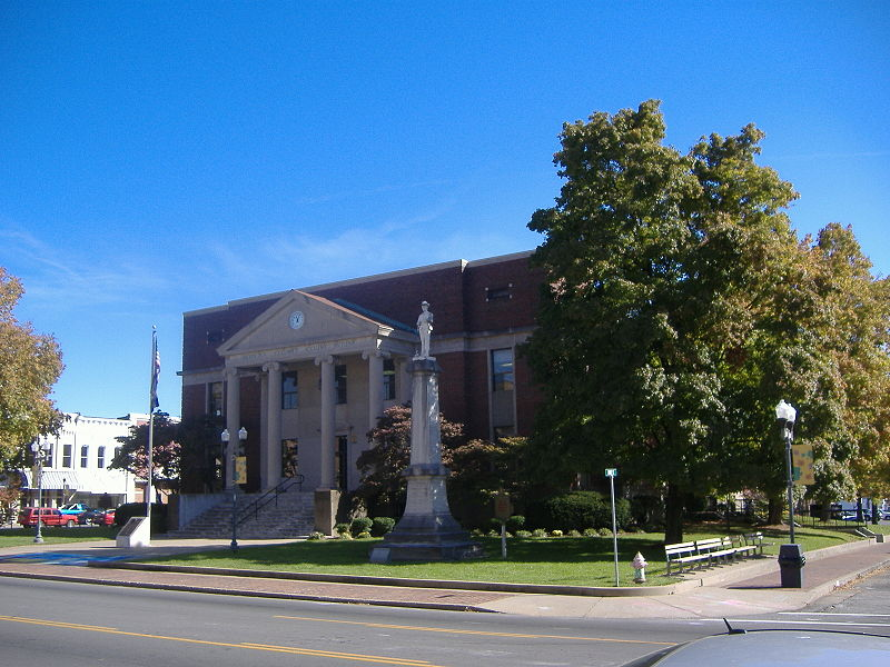 Madisonville, as seen near the Hopkins County Courthouse, looks pleasant enough. (Bedford, Wikipedia Commons)