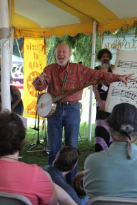 Here's Pete, teaching a round at the Great Hudson River Revival THIS June!  (Jim the Photographer, Flickr Creative Commons)