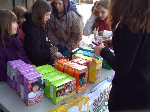Girl Scouts and their tasty wares.  (Brad L. Owens, Flickr Creative Commons)