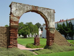 The courtyard and some ruins at the Mission San Luis Rey de Francia.  (Wikipedia Commons)