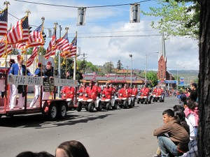 Shriners in tiny cars pass in review in The Dalles, Oregon.  (mavis, Flickr Creative Commons)