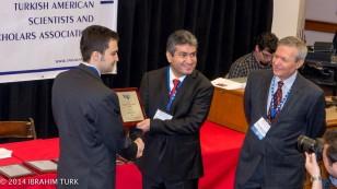 Proresör Doktor Haluk Ünal (en sağda) ve TÜBİTAK Başkanı Profesör Doktor Yücel Altunbaşak genç araştırmacılara ödüllerini taktim ederken
