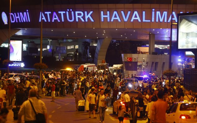 People leave Turkey's largest airport, Istanbul Ataturk, Turkey, following a blast June 28, 2016.        REUTERS/Osman Orsal      TPX IMAGES OF THE DAY - RTX2IRPY