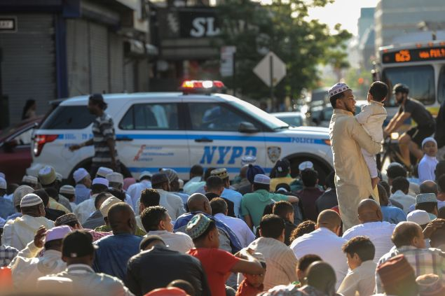 People prepare to celebrate the Eid holiday that marks the end of the Muslim holy month of Ramadan in the Brooklyn borough of New York City, July 6, 2016. REUTERS/Stephanie Keith - RTX2JZO9