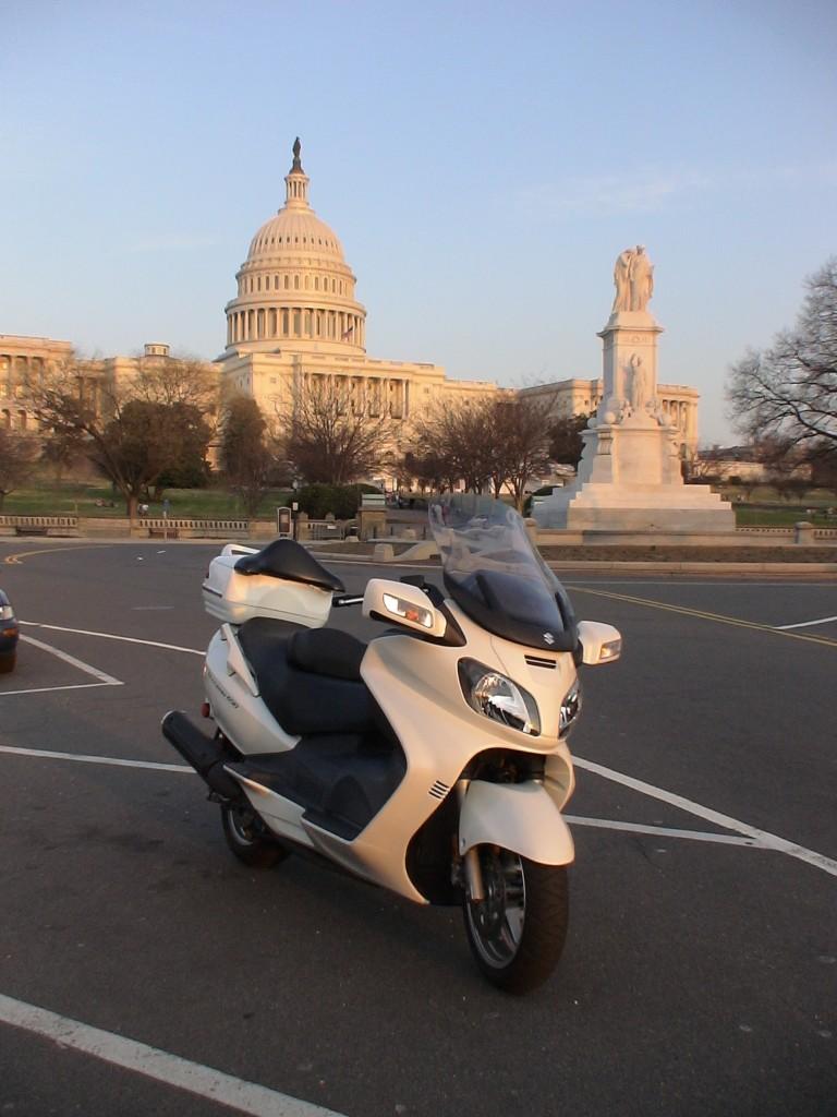 Kongre'nin hemen önünde poz veren Burgy'm :)