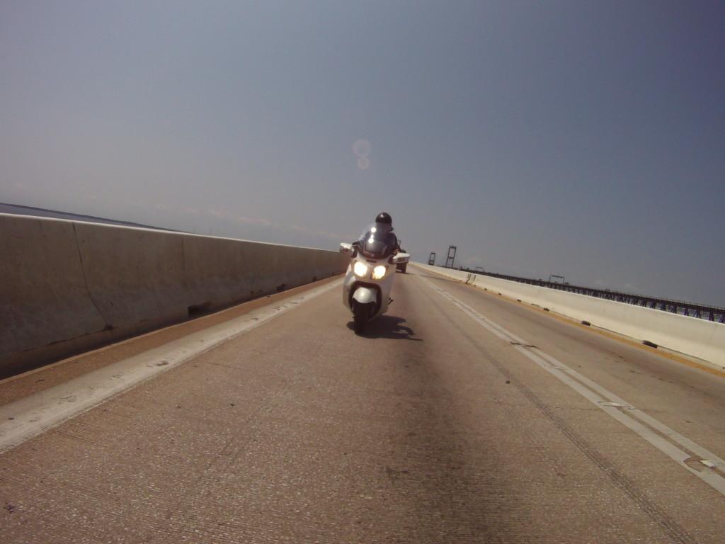 Amerika'nın bol rüzgarlı köprülerinden Bay Bridge üzerinden geçerken (Ben)
