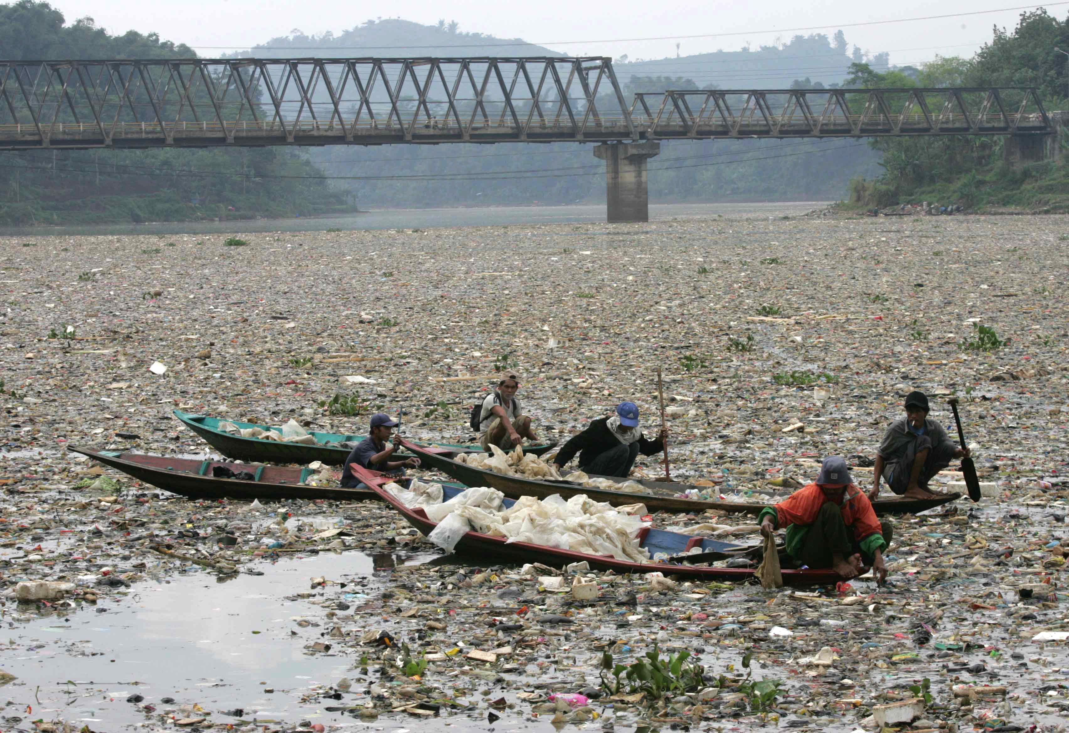 Endonezya'daki Çitarum Nehri plastik atıklarla dolu
