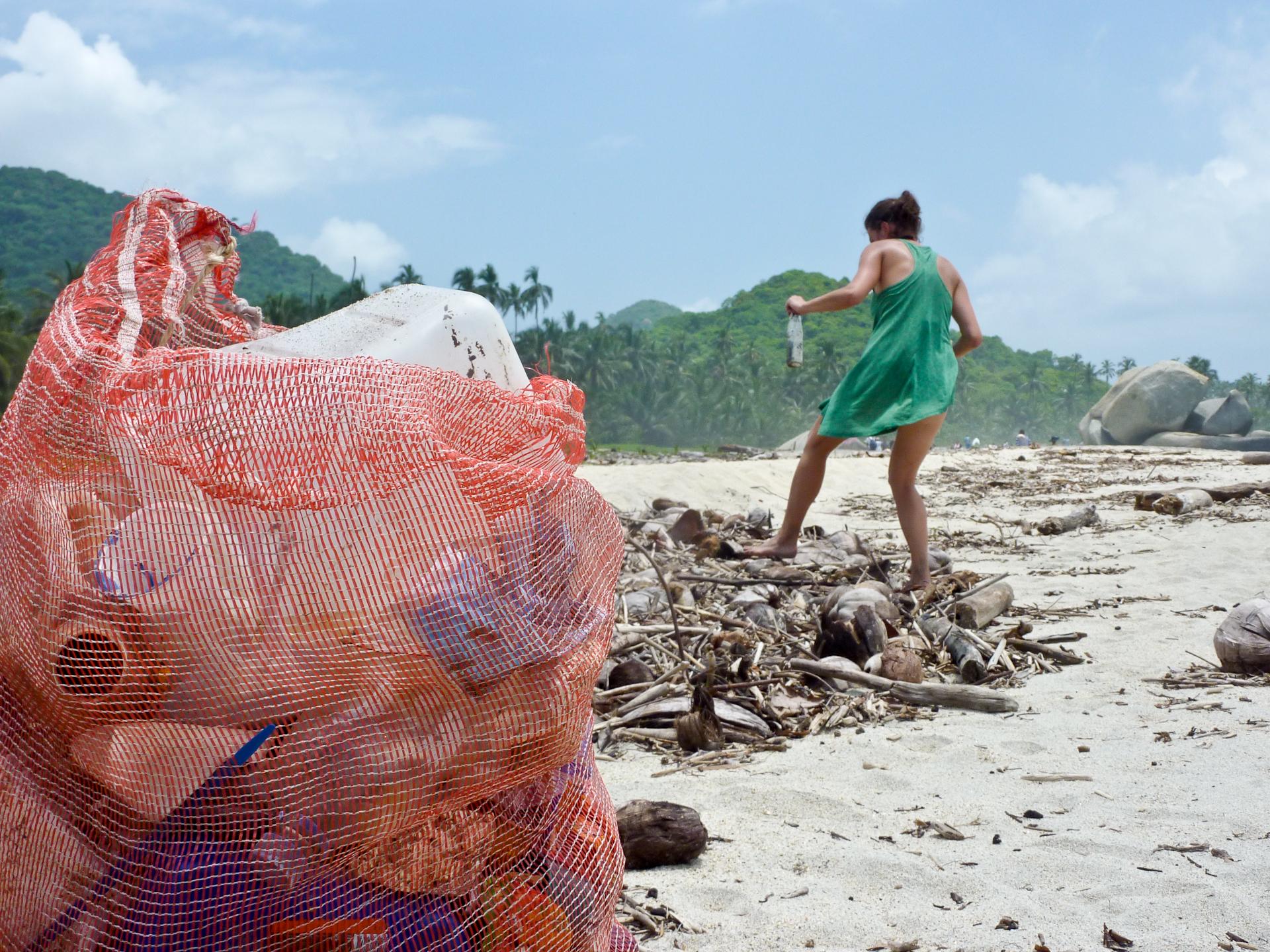 Plastik atıklar sahillerden toplanıyor