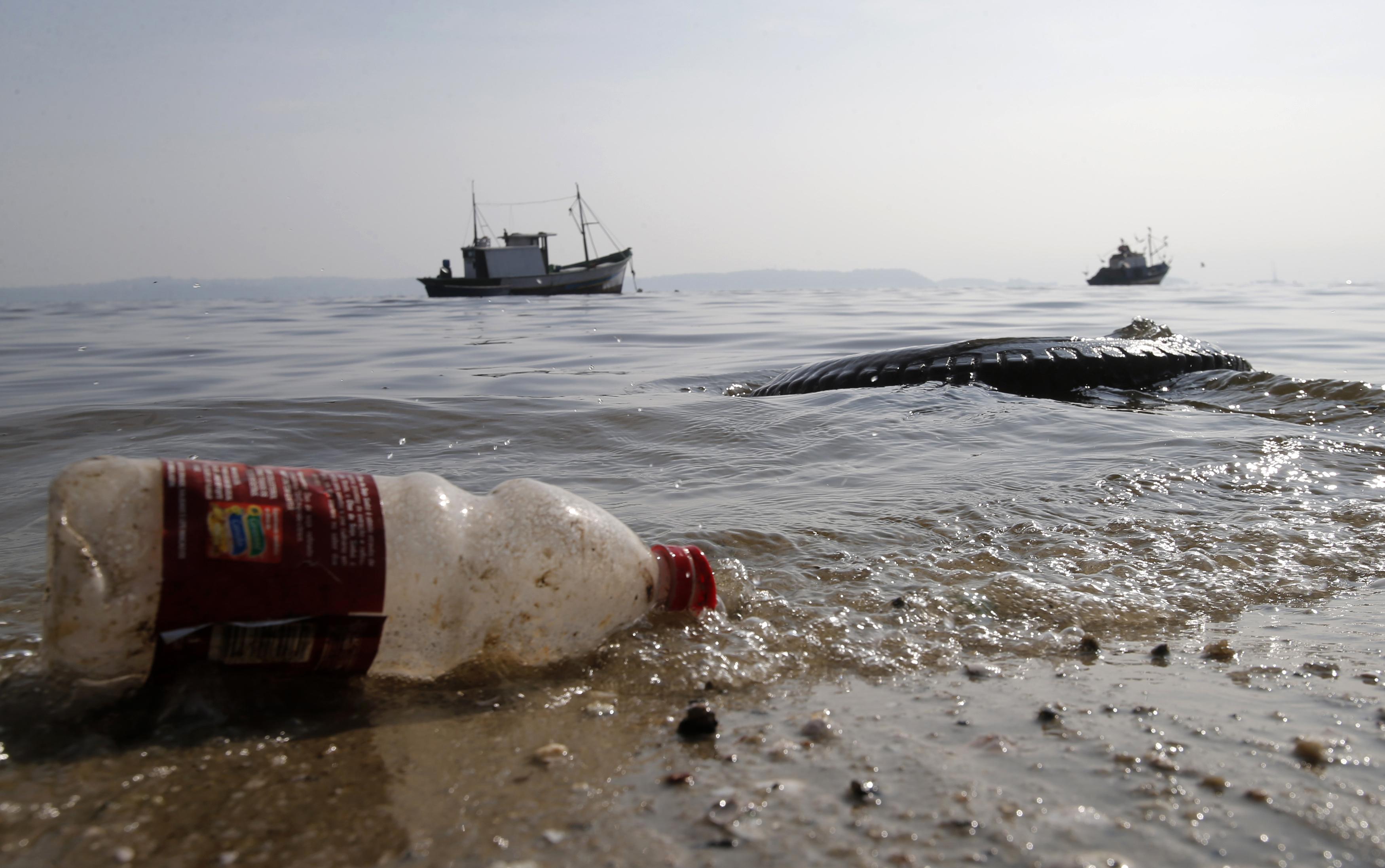 Rio de Janeiro'da Guanabara Koyu'ndaki Fundao Plajı'nda plastik atıklar