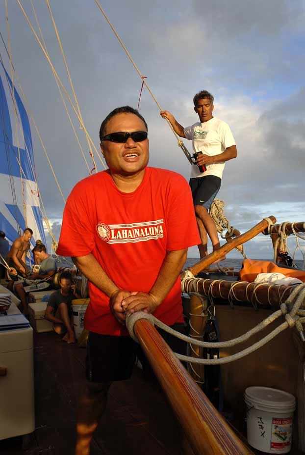Açık deniz yön bulma uzmanları Chad Kalepa Baybayan ve Nainoa Thompson (arkada)