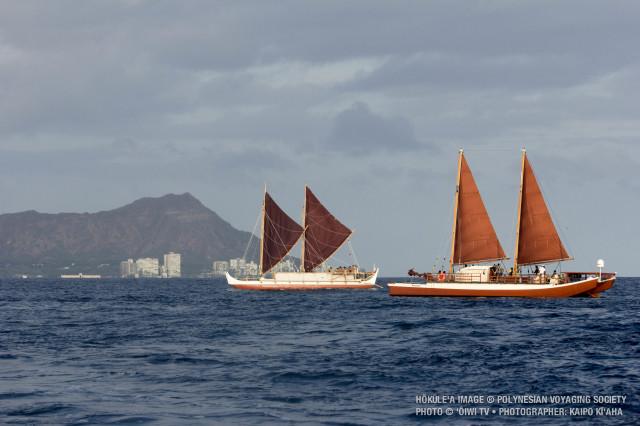 Hokule'a (solda) ve Hikianalia tekneleri Hawaii adasının Hilo kentinden yola çıkmaya hazır