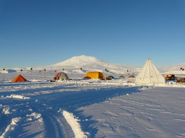 Beyaz çadırda sondaj malzemeleri saklanıyor