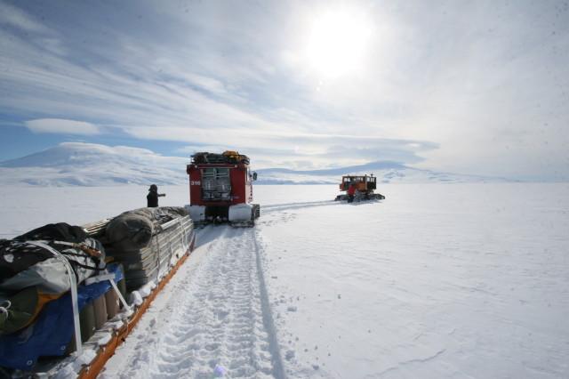 Ekibin malzemeleri kampa taşınıyor