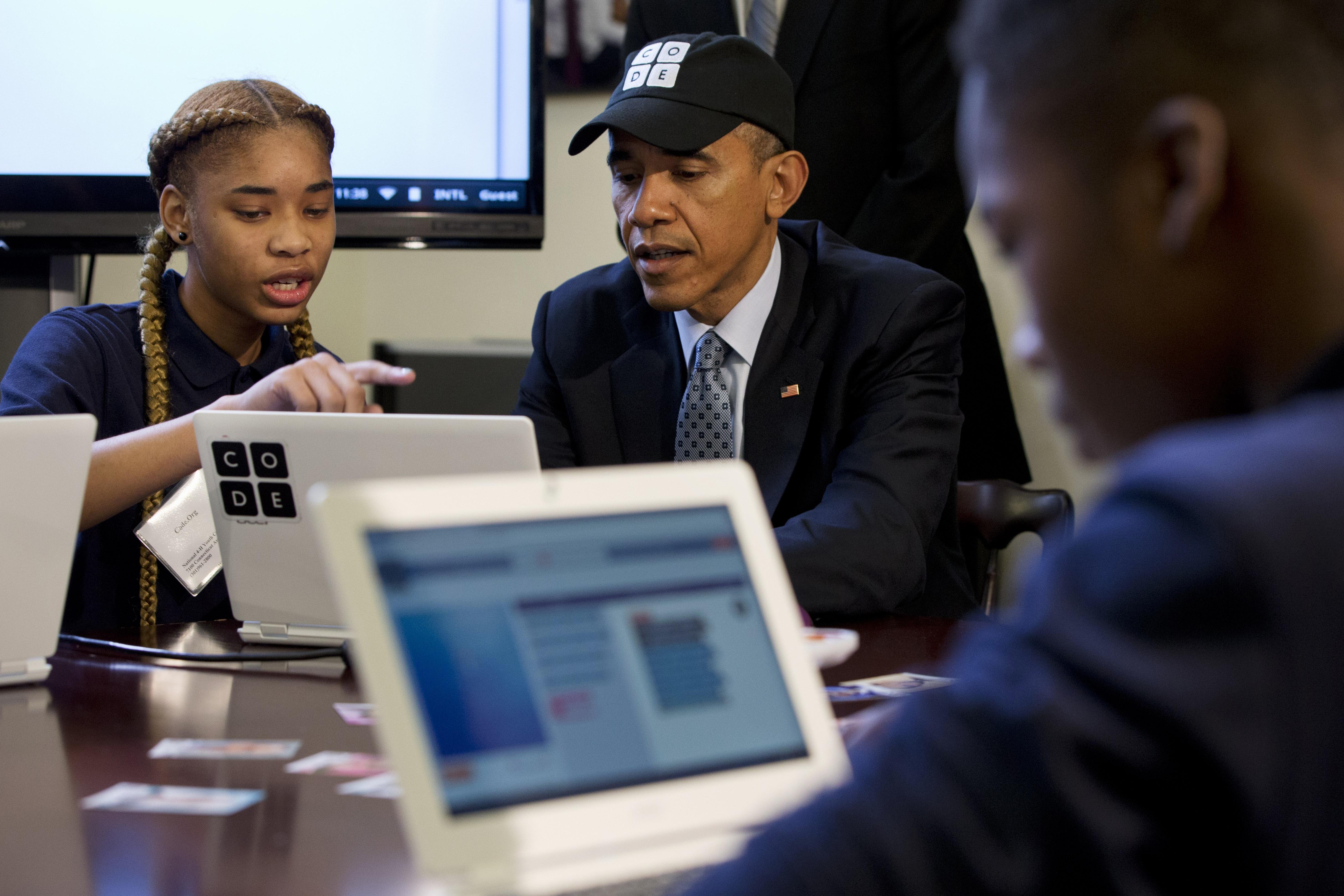 Teknoloji eğitimine büyük önem veren Başkan Obama, Beyaz Saray'da düzenlenen kodlama eğitimi seminerinde bir öğrenciden ders alırken