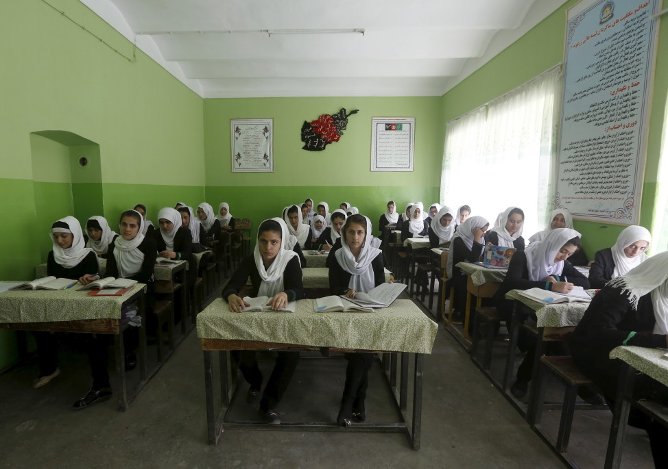 Afghan girl students attend a class at Zarghona high school in Kabul, Afghanistan, Aug. 15, 2015. (Reuters)