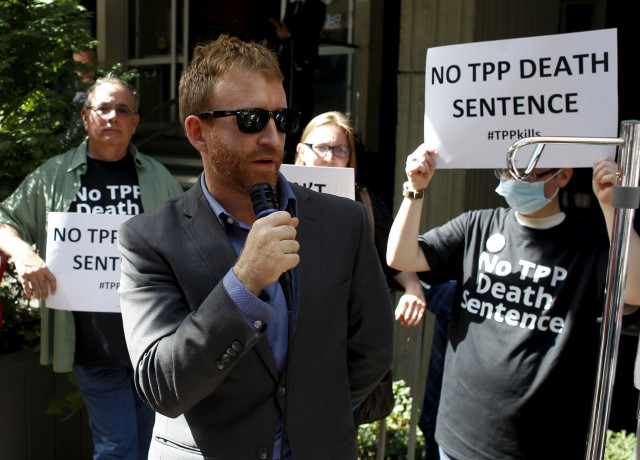Director of Public Citizen's Global Access to Medicine, Peter Maybarduk speaks during a protest outside the hotel where the Trans-Pacific Partnership Ministerial Meetings are being held in Atlanta, Georgia on Sept. 30, 2015. (Reuters)