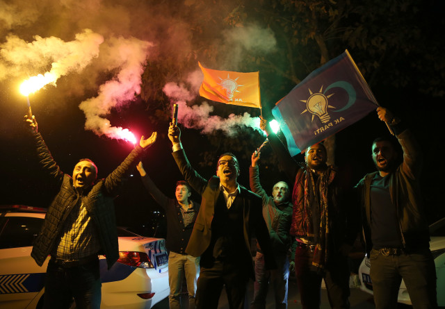 Supporters of Turkey's President Recep Tayyip Erdogan and of The Justice and Development Party, (AKP), celebrate in Istanbul, Nov. 1, 2015. (AP)