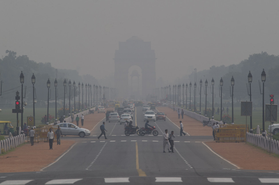 India Gate, one of the landmarks of central Delhi, is barely visible through thick smog in New Delhi, India on Nov. 9, 2015. (AP)