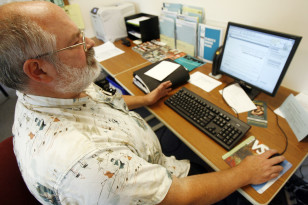 David O'Bryan uses the computer to search for jobs in Barre, Vermont in tis Sept 4, 2009 file photo. (AP)