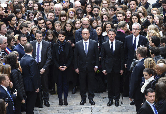 (From L) French Minister for Higher Education and Research Thierry Mandon, French Education Minister Najat Vallaud-Belkacem, French President Francois Hollande and French Prime Minister Manuel Valls observe a minute of silence at the Sorbonne University in Paris to pay tribute to victims of Friday's Paris attacks, France, November 16, 2015.    REUTERS