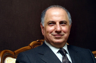 Iraqi opposition leader Ahmad Chalabi speaks with a Reuters correspondent at his office in Tehran December 9, 2002. (REUTERS)