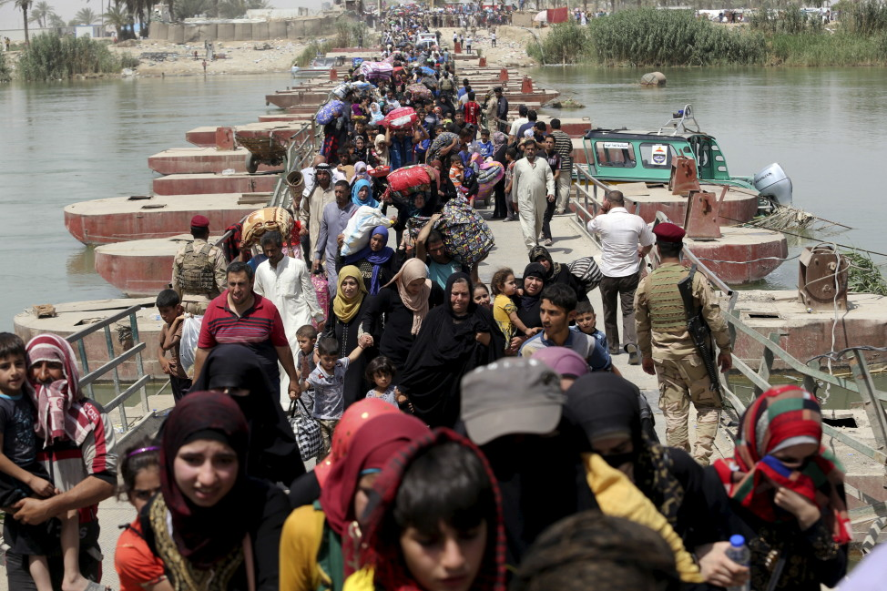 Displaced Sunni people fleeing the violence in Ramadi, Iraq cross a bridge on the outskirts of Baghdad, May 24, 2015. (Reuters)