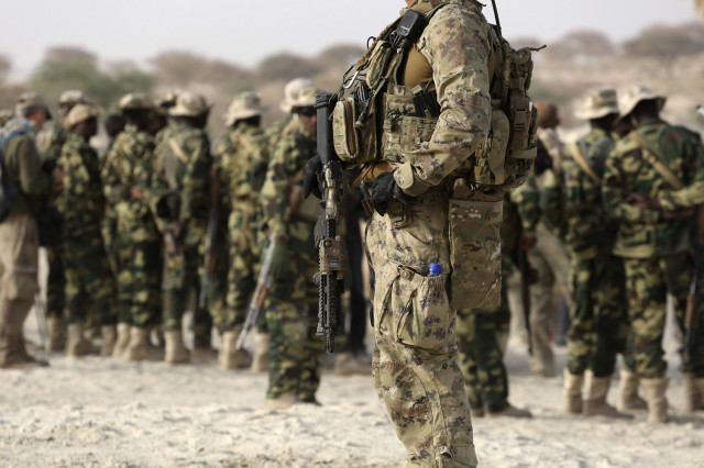 A U.S. special forces soldier stands in front of Chadian soldiers during Flintlock 2015, an American-led military exercise, in Mao, Chad February 22, 2015.  REUTERS
