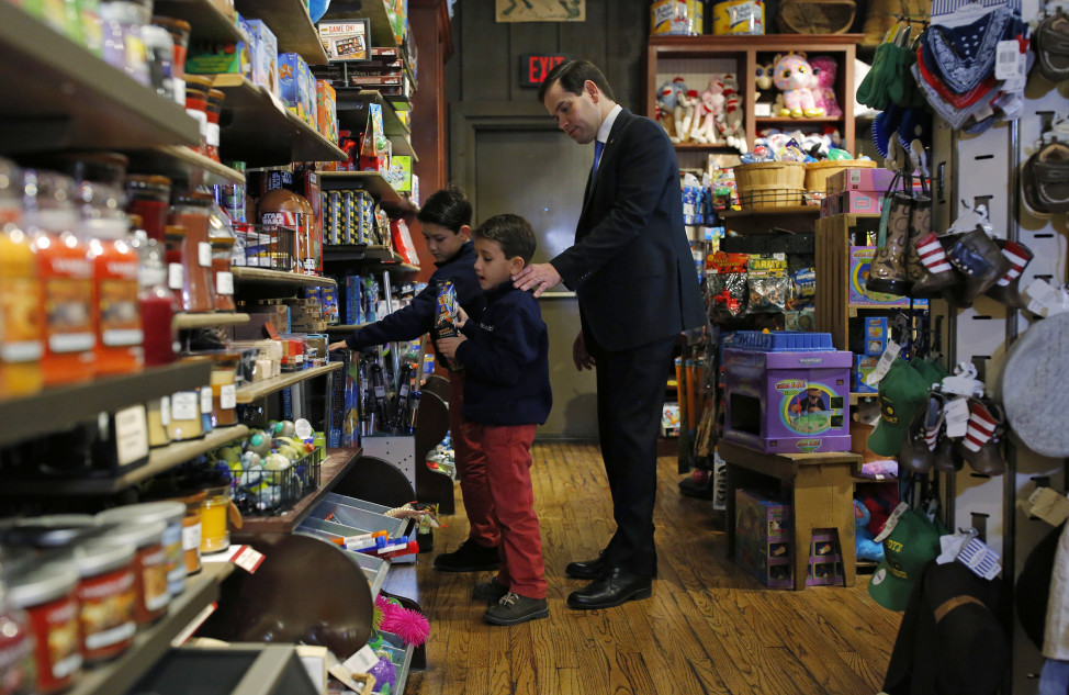 Republican presidential candidate Marco Rubio shops with his sons Dominick and Anthony at a Cracker Barrel restaurant in Clive, Iowa February 1, 2016. REUTERS