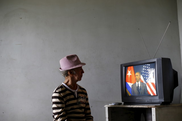 A man watches on television as U.S. President Barack Obama delivers a speech at the Gran Teatro de la Habana Alicia Alonso in Havana, March 22, 2016. (Reuters)