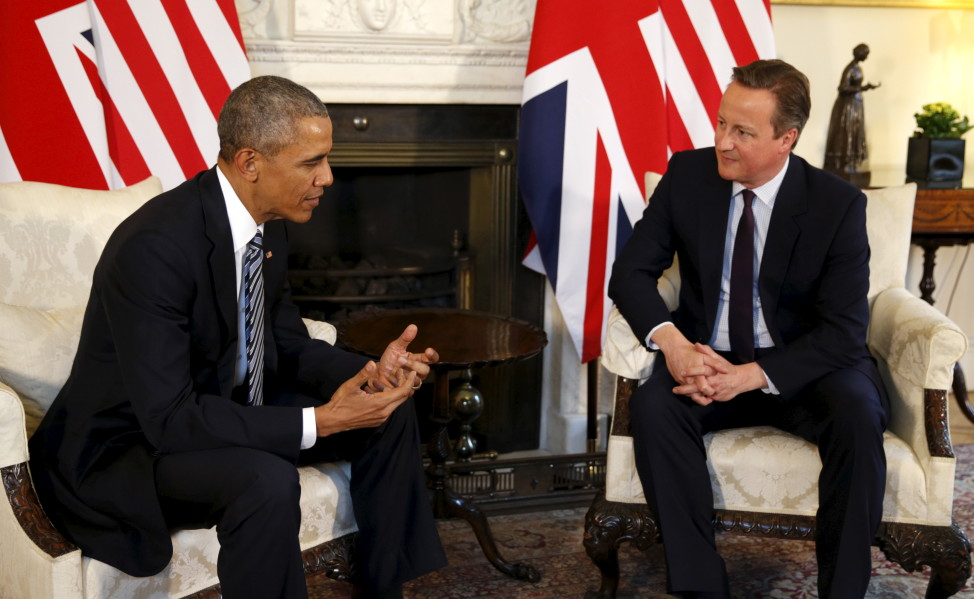 U.S. President Barack Obama talks to British Prime Minister David Cameron at 10 Downing Street in London, Britain April 22, 2016. (Reuters)