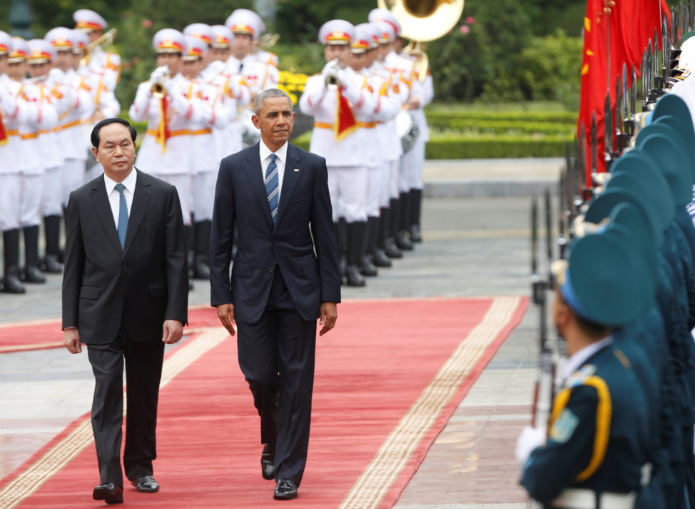 U.S. President Barack Obama (R) and his Vietnamese counterpart Tran Dai Quang review the guard of honour during welcoming ceremony at the Presidential Palace in Hanoi, Vietnam May 23, 2016. (Reuters)