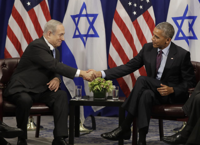 President Barack Obama shakes hands with Israeli Prime Minister Benjamin Netanyahu during a bilateral meeting at the Lotte New York Palace Hotel in New York, Sept. 21, 2016. (AP)
