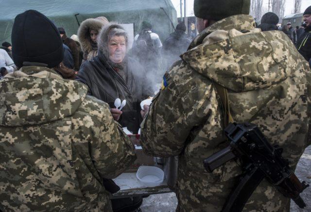Ukraina askarlari aholiga bepul ovqat tarqatmoqda. Odamlar suv, gaz va chiroqsiz qolgan. Avdeyevka, 1-fevral 2017-yil
