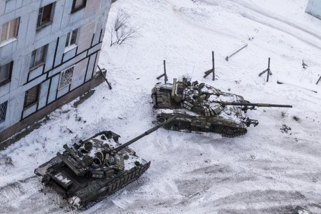 Ukrainadagi Avdeyevka shaharchasida hukumatga tegishli tanklar. 1-fevral 2017-yil