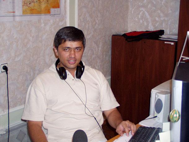Kamina o'z ishi bilan band bo'lgan paytlar, 2005-yil, Toshkent.