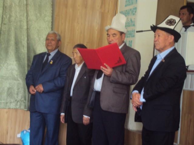 Qo'shni Qirg'izistonning Botkent viloyati Laylak nohiyasi rasmiylari tojikistonlik o'zbek ijodkoriga faxrli  yorliq topshirmoqda