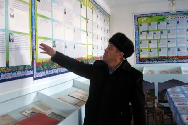 Maktab direktori Sayxon Qayumiy qishloq tarixi bilan tanishtirmoqda.