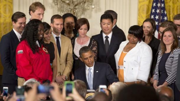 Prezident Obama talabalar davrasida o'qish qarzlarini to'lashni osonlashtirish haqidagi buyruqqa imzo chekmoqda, 9-iyun, 2014-yil. © Photo AP