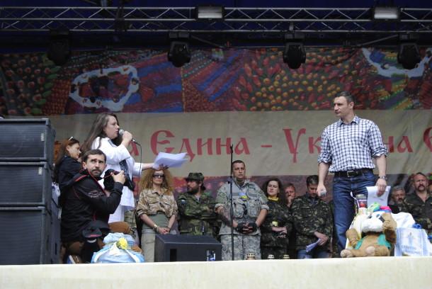 Vitaliy Klichko Maydonda qurilgan sahnadan turib yig'ilganlarga murojat qildi.