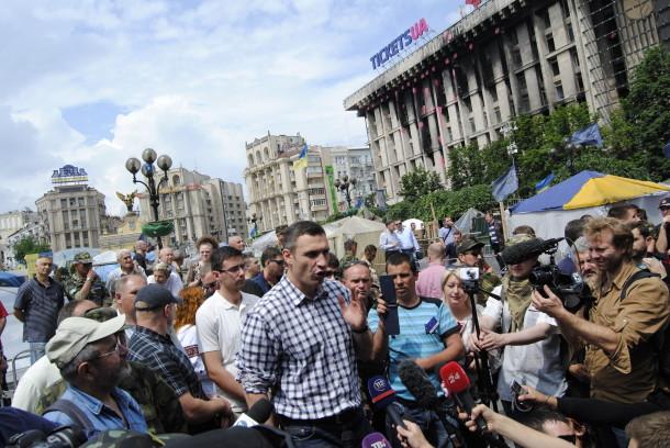 Kiyev meri Vitaliy Klichko maydonchilar davrasida jurnalistlar bilan muloqot qilmoqda.